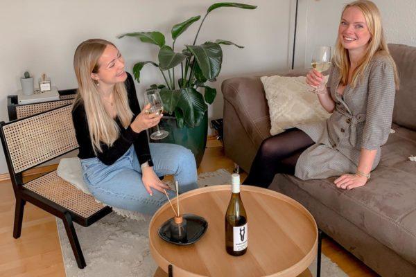 Caro & Lena mit Darkhorse Wein
